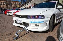 Den vita Mitsubishi Galant sedanbilen står parkerad royaltyfri fotografi