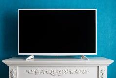 Den vita moderna TV:N med den tomma svarta skärmen Royaltyfri Fotografi