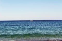 Den vita motoriska yachten flyttar sig snabbt på vattenyttersidan Antalya, Turkiet Royaltyfria Bilder