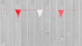Den vita och röda triangelflaggan hänger Royaltyfri Fotografi