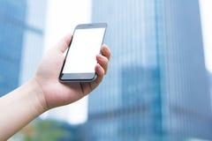 Den vita och tomma skärmen av den smarta telefonen Smart telefon- och stadsbyggnad royaltyfri fotografi