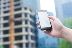 Den vita och tomma skärmen av den smarta telefonen Smart telefon- och stadsbyggnad Arkivbild