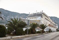 Den vita passagerareeyeliner förtöjde i fjärden av Kotor Staden av Kotor Montenegro arkivbild