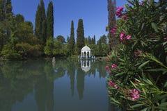 Den vita paviljongen nära dammet i det härligt parkerar Royaltyfria Bilder