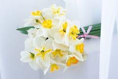 Den vita pingstliljan blommar, buketten på fönsterfönsterbräda Arkivfoton
