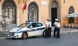 Den vita polisbilen står på gatan i Rome Royaltyfri Foto