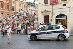 Den vita polisbilen står på gatan i Rome Arkivfoton