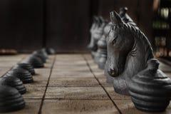 Den vita riddaren på det wood schackbrädet Arkivbild