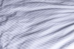 Den vita sängkläderna gjorde randig textilen, elegant textil på säng Arkivfoton