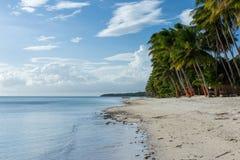 Den vita sandstranden möter det klara havet för stillhet Fotografering för Bildbyråer