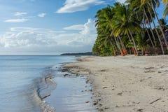Den vita sandstranden möter det klara havet för stillhet Arkivfoton