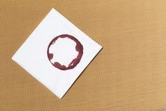 Den vita servetten med vin spårar på texturerad bakgrund arkivbilder