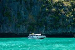 Den vita snabba motorbåten nära vaggar Royaltyfri Bild