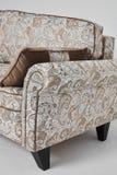 Den vita soffan med tappningstilmodeller och brunt kudde på den isolerade på vit bakgrund Arkivbilder