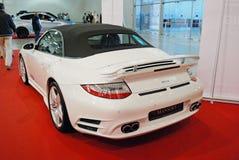 Den vita sportbilen Porsche 911 991 med att trimma från Mansory på en utställning i ` för `-krokusexpo, 2012 moscow Arkivbild