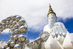 Den vita statyn av fem Lord Buddha Arkivfoto