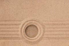 Den vita stenen ligger i mitten av en cirkel av sand sommar för snäckskal för sand för bakgrundsbegreppsram Royaltyfri Foto