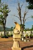 Den vita stenen Sculture i trädgården med det torkade trädet royaltyfria foton