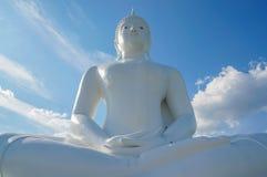 Den vita stora Buddhastatyn på bakgrund för blå himmel Fotografering för Bildbyråer