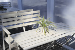 Den vita tabellen och stolarna Royaltyfri Foto
