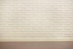 Den vita tegelstenväggen med det belade med tegel golvet, abstrakt bakgrundsfoto, gulnar tonat Arkivbilder