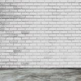 Den vita tegelstenväggen och ruminre med golvet hårdnar Royaltyfria Bilder