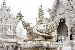Den vita thailändska templet kallade Wat Rong Khun på Chiang Rai Thailand royaltyfri fotografi