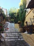 Den vita trappan upp från båda sidor lokaliseras ett kafé Gatakafé i en gammal stad utan folk medeltida smal gatatown Arkivbild