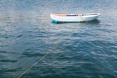 Den vita träfiskebåten svävar på lugnt vatten Arkivfoton