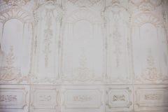Den vita väggen mönstras beautifully Arkivfoto
