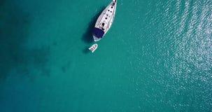 Den vita yachten förtöjde på Adriatiskt havet, Ortanto, Italien lager videofilmer