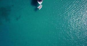 Den vita yachten förtöjde på Adriatiskt havet, Ortanto, Italien stock video