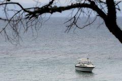 Den vita yachten seglar i havet Royaltyfri Bild