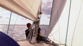 Den vita yachten svävar vid havet arkivfilmer