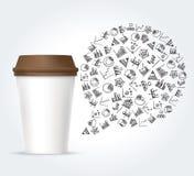Den vitbokkaffekoppen och bubblan tänkte med diagramsymboler Arkivfoton