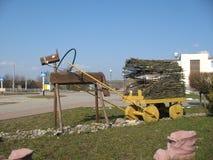 Den vitryska byn kollapsar i dag himlen till och med en fönsteröppning royaltyfri foto