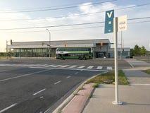 Den Viva hållplatsen och GÅR bussen i bakgrund arkivbilder