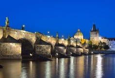 Den Vltava floden, Charles Bridge och den gamla stadbron står högt i Prague Royaltyfri Bild