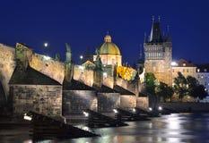 Den Vltava floden, Charles Bridge och den gamla stadbron står högt Fotografering för Bildbyråer