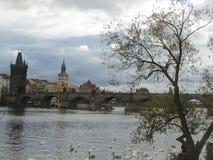 Den Vltava floden och den medeltida Charles Bridge med torn och statyer, Prague, Tjeckien arkivfoton