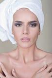 Den Vogue stilståenden av den härliga delikata kvinnan på isolerad brun bakgrund - göra perfekt hud applicera glanskanten gör upp Arkivfoto