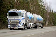 Den Volvo FH behållarelastbilen transporterar Valio mjölkar Royaltyfri Bild