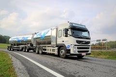 Den Volvo FM Valio mjölkar behållarelastbilen på vägen arkivbilder