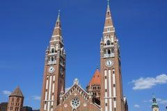 Den Votive kyrkan och domkyrkan av vår dam av Ungern är ett tvilling--spired roman - den katolska domkyrkan i Szeged, Ungern Det  Royaltyfri Foto