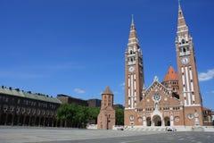 Den Votive kyrkan och domkyrkan av vår dam av Ungern är ett tvilling--spired roman - den katolska domkyrkan i Szeged, Ungern Det  Arkivbild