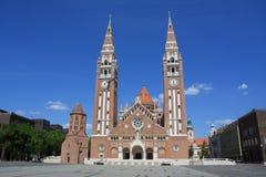 Den Votive kyrkan och domkyrkan av vår dam av Ungern är ett tvilling--spired roman - den katolska domkyrkan i Szeged, Ungern Det  Royaltyfri Bild