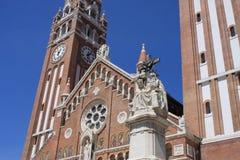 Den Votive kyrkan och domkyrkan av vår dam av Ungern är ett tvilling--spired roman - den katolska domkyrkan i Szeged, Ungern Det  Arkivfoto