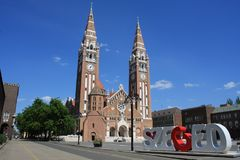 Den Votive kyrkan och domkyrkan av vår dam av Ungern är ett tvilling--spired roman - den katolska domkyrkan i Szeged, Ungern Det  Arkivfoton