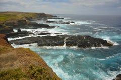 Den vulkaniska ojämna kustlinjen av basaltet vaggar plattformar på Phillip Island i Victoria Royaltyfria Bilder