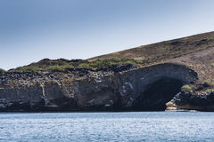 Den vulkaniska shorelinen och havet Arkivfoto
